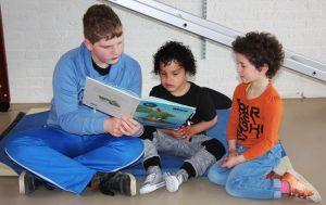Groep 8 leest voor aan kleuters 005