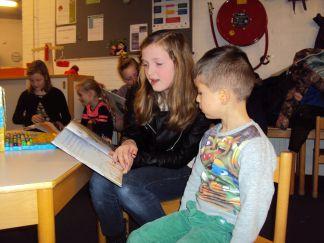 Groep 8 leest voor aan kleuters 003