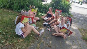 Groep 7 leest buiten 001